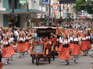 desfile oktoberfest Blumenau
